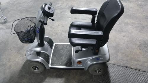 Scooter de movilidad con la batería recientemente sustituída